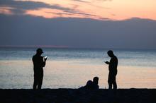 Silhouetten: Drei Männer An...