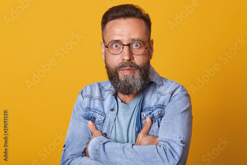 Fotomural  Portrait of shocked middle aged man in full disbelief