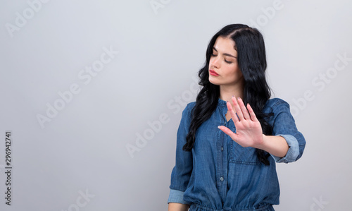 Canvastavla Young woman making a rejection pose on a gray background