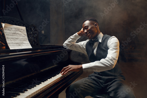 Black grand piano player, jazz performer Fotobehang