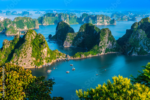 Montage in der Fensternische Blau türkis Panoramic view of Ha Long Bay, Vietnam