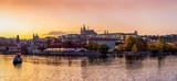 Fototapeta Big Ben - Panorama der Altstadt von Prag mit der Prager Burg und dem Fluss Moldau bei Sonnenuntergang im Herbst, Tschechien