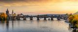 Fototapeta Big Ben - Panorama der berühmten Karlsbrücke über die Moldau in Prag an einem Sonnenuntergang im Herbst