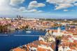 Luftaufnahme der Stadtlandschaft von Prag: von der Altstadt über die Karlsbrücke bis zum Lesser Bezirk und Schloss an einem sonnigen Herbsttag