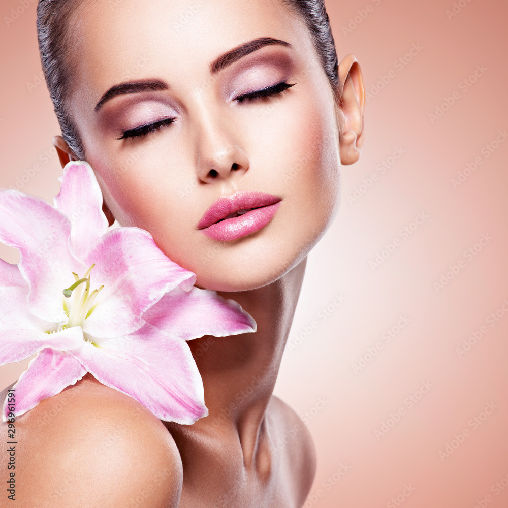 Fototapety, obrazy: Beauty pure face of the young beautiful girl with flower