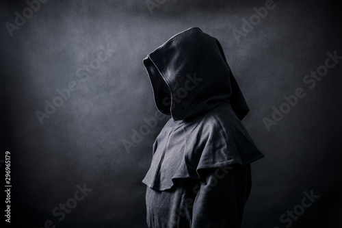 Foto Scary figure in hooded cloak