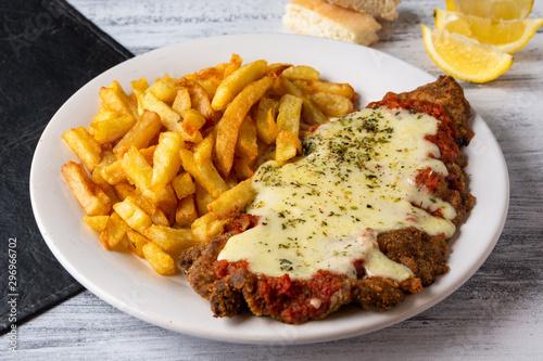 Fotografía milanesa napolitana con fritas