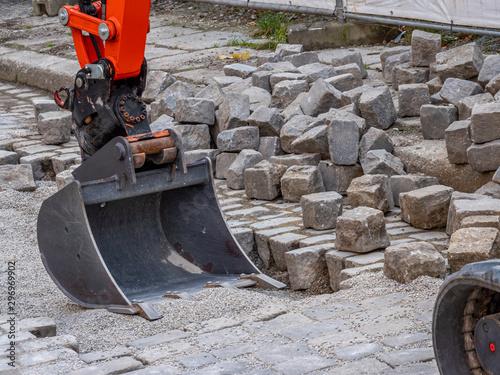 Fényképezés Wegebau Pflastersteine Gartenbau mit einem Bagger
