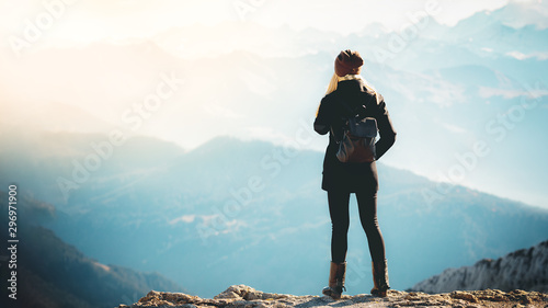 La pose en embrasure Glisse hiver Travel tourism mountains holiday photo - Girl with backpack walking and hiking on Alps