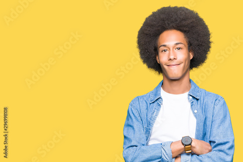 Fotografía  Young african american man with afro hair happy face smiling with crossed arms looking at the camera