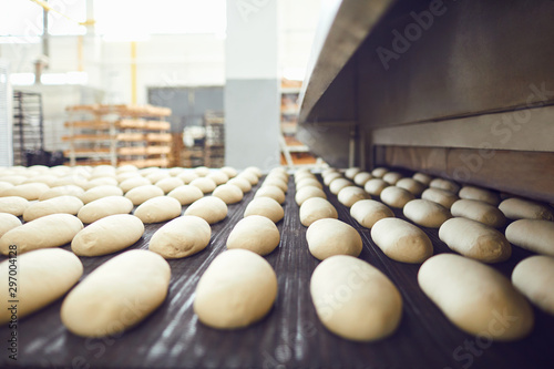 Fotografía Automatic bakery production line with bread in bakery factory