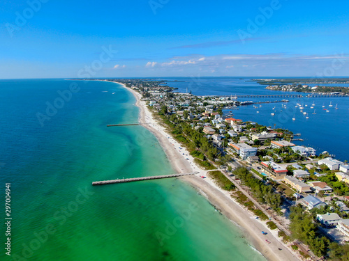 Photo Aerial view of Cortez beach withe sand beach and his little wood pier on blue wa