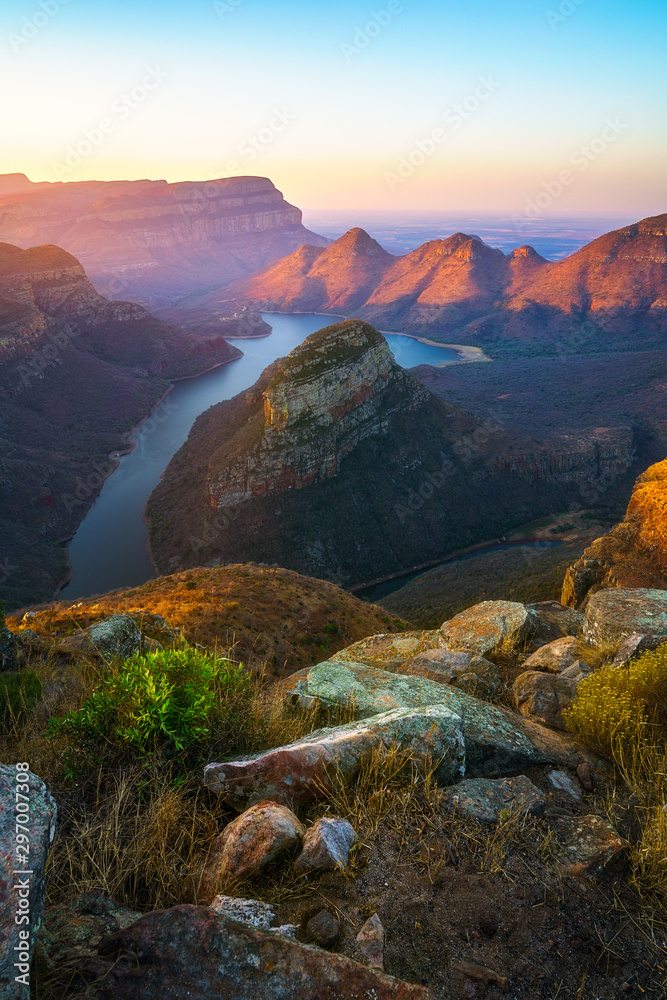 Fototapeta three rondavels and blyde river canyon at sunset, south africa 72