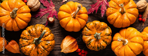 Autumn decorative pumpkins with fall leaves on wooden background Tableau sur Toile