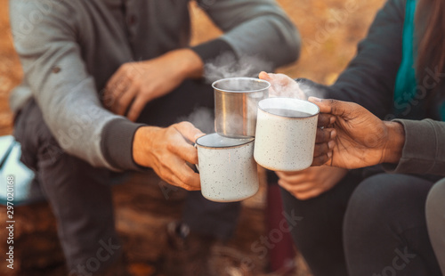 Montage in der Fensternische Kaffee Hands of hikers cheering up with camping cups