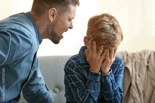 Foto Father scolding his little son at home