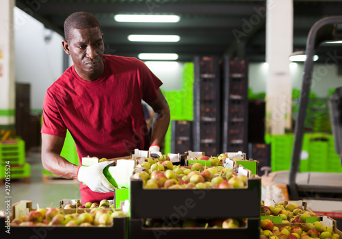Photo Portrait of happy African warehouse worker