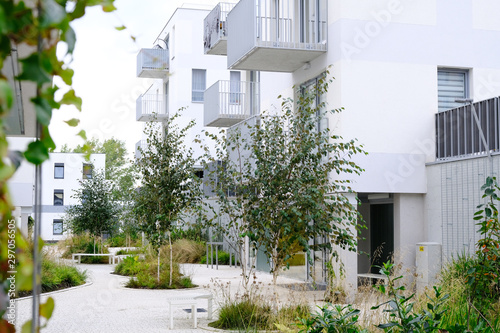 Photo Sidewalk in a cozy courtyard of modern apartment buildings condo with white walls