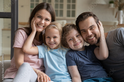 Cadres-photo bureau Akt Head shot portrait happy parents with little daughter and son