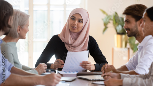 Tablou Canvas Asian muslim businesswoman executive wear hijab leading corporate briefing