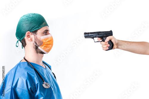 Medico chirurgo gli puntano una pistola in faccia durante un' aggressione in osp Canvas Print