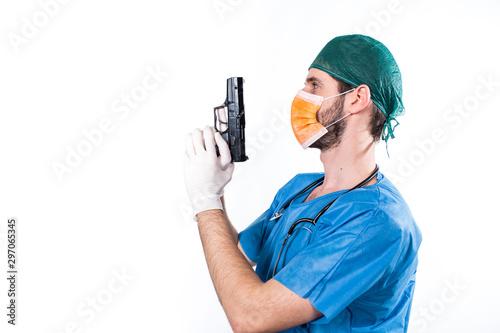 Photo Chirurgo dottore con pistola per difesa personale negli ospedali.