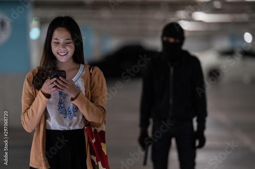 Cuadros en Lienzo Robber lonely woman in the dark and dangerous