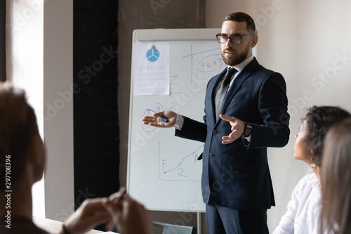 Fotomural  Confident male business trainer give presentation at office corporate training