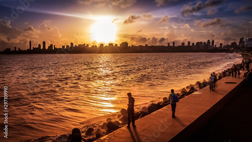 Foto auf Gartenposter Schwarz View of Marine Drive, Mumbai during golden hour just before sunset