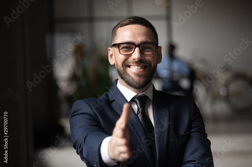 Fotomural  Happy professional businessman employer consultant extending hand at camera