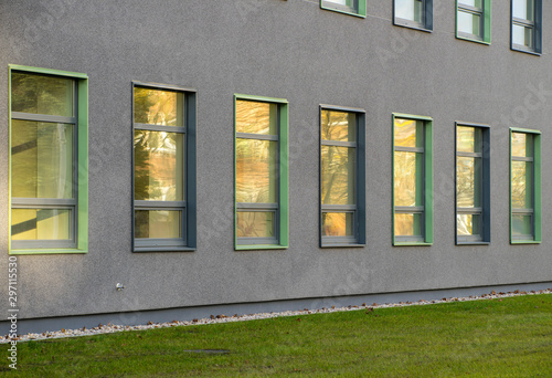 Foto  Wall of office building with windows. Modern exterior.