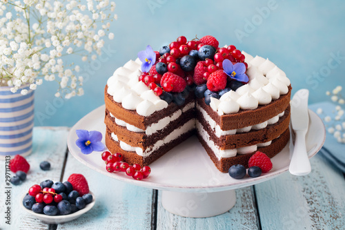 Fotografía Chocolate cake with whipped cream and fresh berries