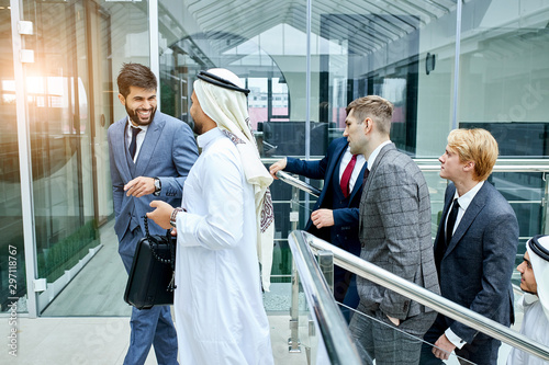 Photo Positive interpreter with sheikh go to discuss business ideas
