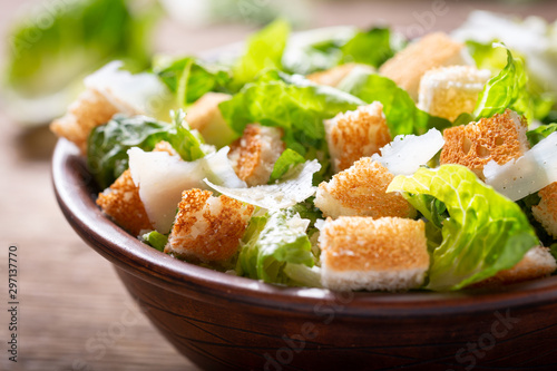 Cuadros en Lienzo Bowl of caesar salad with cheese and croutons