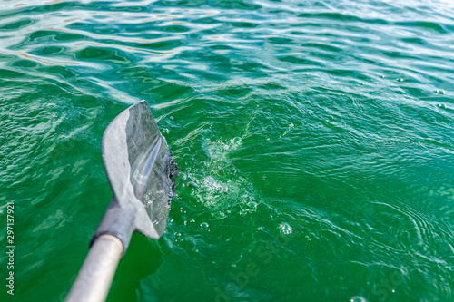 Photo Lake Powell kayaking in boat closeup of oar paddle and colorful green turquoise