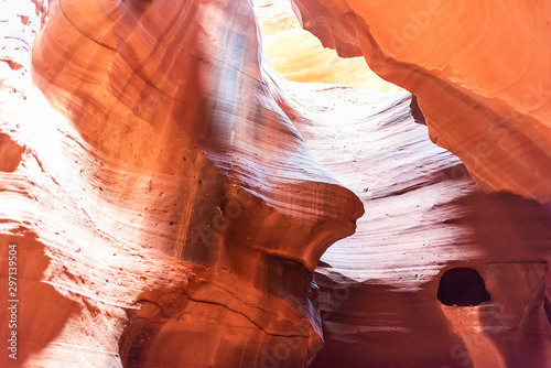 Montage in der Fensternische Rotglühen Antelope slot canyon with abstract formations of red orange rock layers sandstone and imagery of honey dripping from hole in Page, Arizona