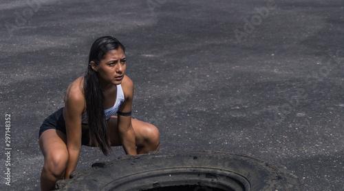 Photo Mujer joven haciendo crossfit con una llanta