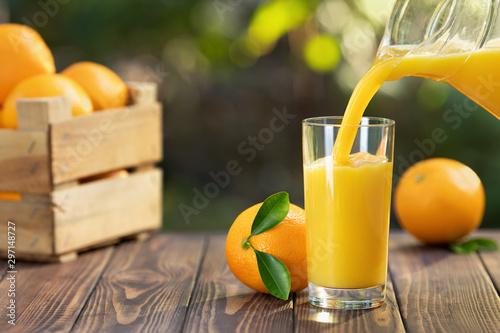 Carta da parati orange juice pouring in glass