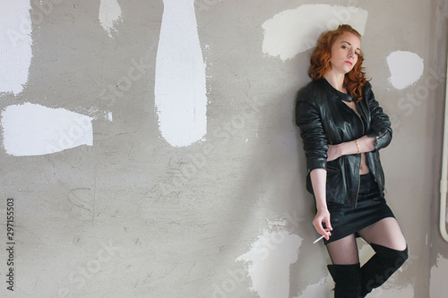 Fotografía Girl addict in a leather jacket with a dose in a syringe prostitute