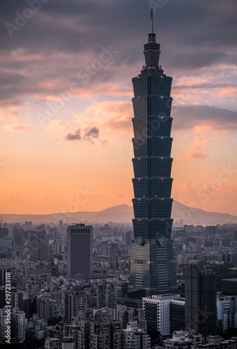 Photo Aerial View landscape with the famed building Taipei 101 with sunset sky and clouds from Viewpoint at Xiangshan