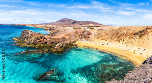 Tableau sur Toile Landscape with turquoise ocean water on Papagayo beach, Lanzarote, Canary Island
