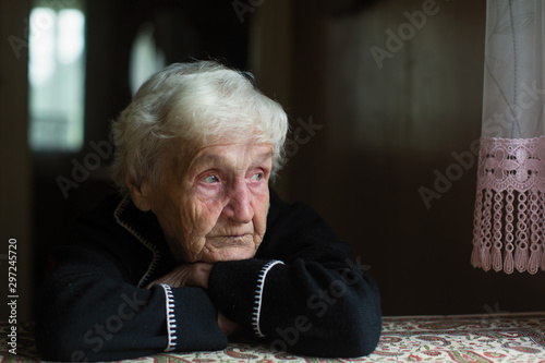 Fotografía Portrait of sad elderly woman in the his house.