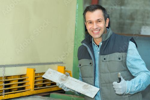 Photo a happy man in factory
