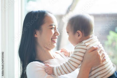 Obraz 赤ちゃんと遊ぶ女性 - fototapety do salonu