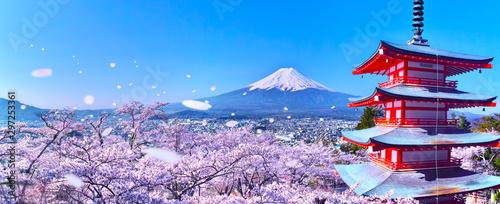 桜吹雪舞う新倉山浅間公園内の五重塔と富士山