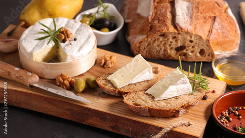 camembert, cheese with bread sliced on wooden board Canvas-taulu
