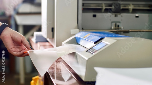 Pinturas sobre lienzo  Putting and insert laminating film with paper in laminator