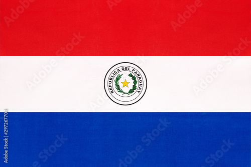 La pose en embrasure Amérique du Sud Paraguay national fabric flag, textile background. Paraguayan state official sign.