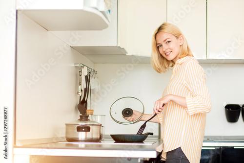 Fotografía  Blonde woman preparing dinner