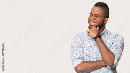 Pinturas sobre lienzo  Smiling african American man look at blank copy space